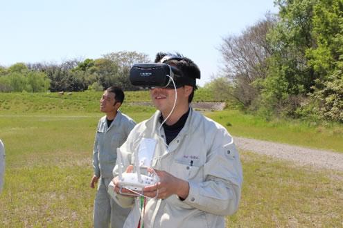 ゴーグルを装着し臨場感をバーチャルで楽しみながら操作する社員