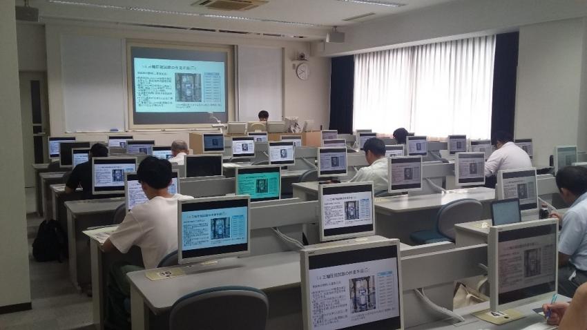令和元年8月27日、専攻科棟内でナイバの多田健君は、三軸圧縮試験方法の講師を務めました。