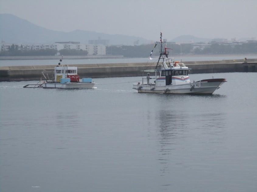 磁気探査台船と曳き船による曳航状況