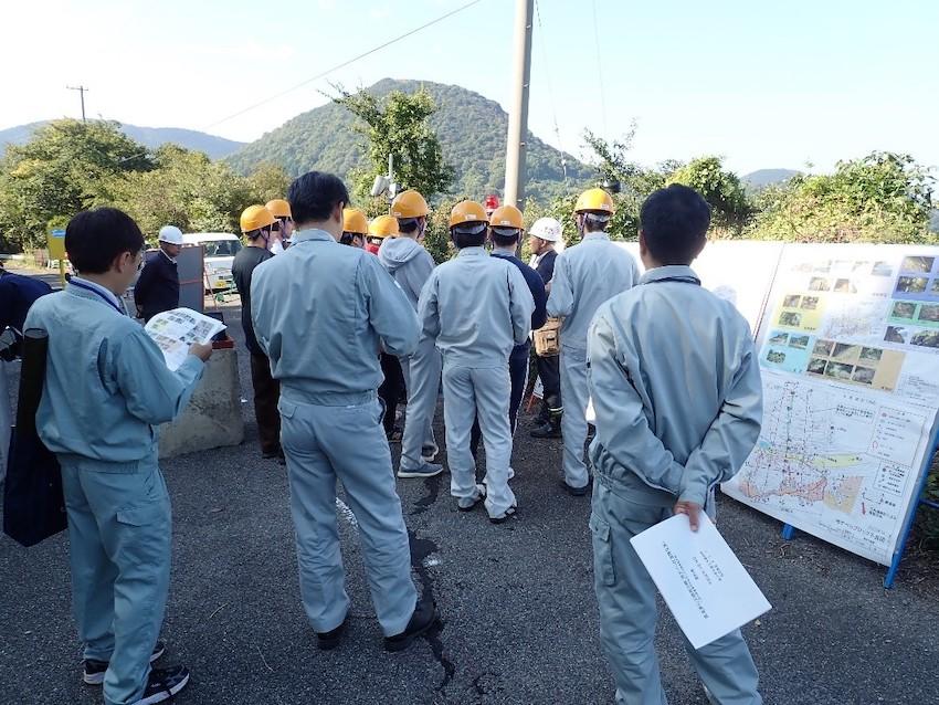 被災地の横での現地説明状況です。香川県の土木職員の方も参加されました。