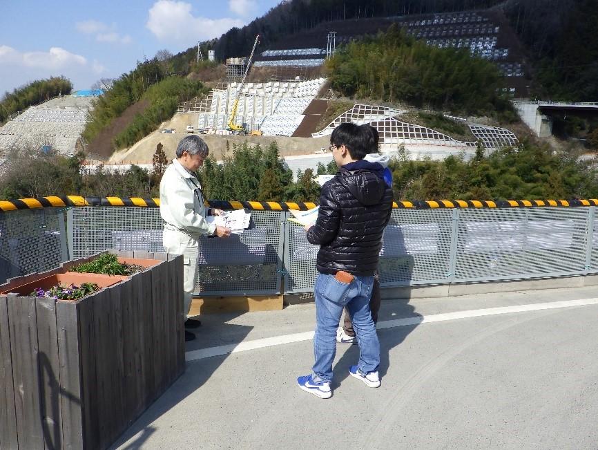 椛川ダム建設現場を見学している様子